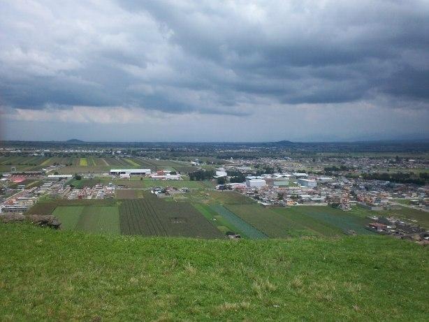 Hermosa vista del Valle de Toluca desde la zona Arqueológica de Teotenango al fondo a la derecha el cerro de Chapultepec y al fondo a la izquierda el cerro de Metepec