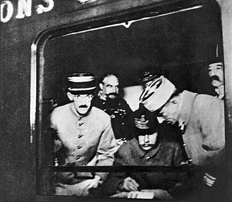 Firma del armisticio de la I Guerra Mundial  El 11 de noviembre de 1918, representantes de los gobiernos de Francia, Alemania y Gran Bretaña se reunieron en un vagón de un tren, en los alrededores de la ciudad francesa de Rethondes, y firmaron el armisticio que puso fin a la I Guerra Mundial. Con la rendición incondicional alemana concluyó una de los conflictos bélicos más cruentos de la historia de la humanidad. Precisamente en ese mismo vagón, 22 años más tarde, tuvo lugar la rendición francesa a la Alemania nacionalsocialista de Adolf Hitler en el transcurso de la II Guerra Mundial
