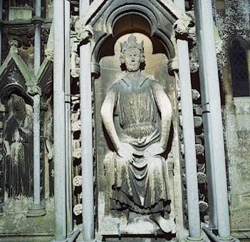 El 28 de septiembre de 1066, Guillermo, duque de Normandía, desembarcó con su ejército en las costas de Inglaterra para hacer efectivas sus pretensiones al trono inglés. Guillermo ya había demostrado su efectividad en el arte de la guerra tras derrotar en 1054 y 1058 a las fuerzas francesas de Enrique I. En la batalla de Hastings, librada el 14 de octubre de aquel año 1066, Guillermo venció a las tropas de Harold II, último soberano sajón inglés, lo que le permitió convertirse en el primer monarca normando de Inglaterra. Esta efigie de Guillermo I el Conquistador se encuentra en la catedral de Wells (Somerset, Inglaterra).