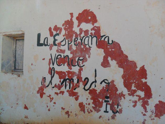 """Fachada de una jaima en la que se puede leer """"la esperanza vence al miedo"""" en los campamentos de refugiados saharauis"""