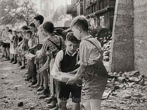Kinder räumen Trümmer 1945