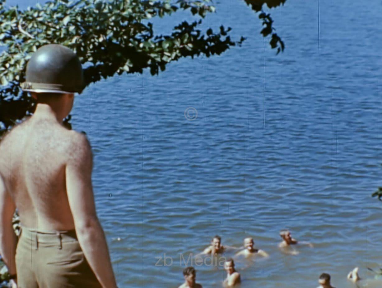 Badende US Kriegskorrespondenten 1944