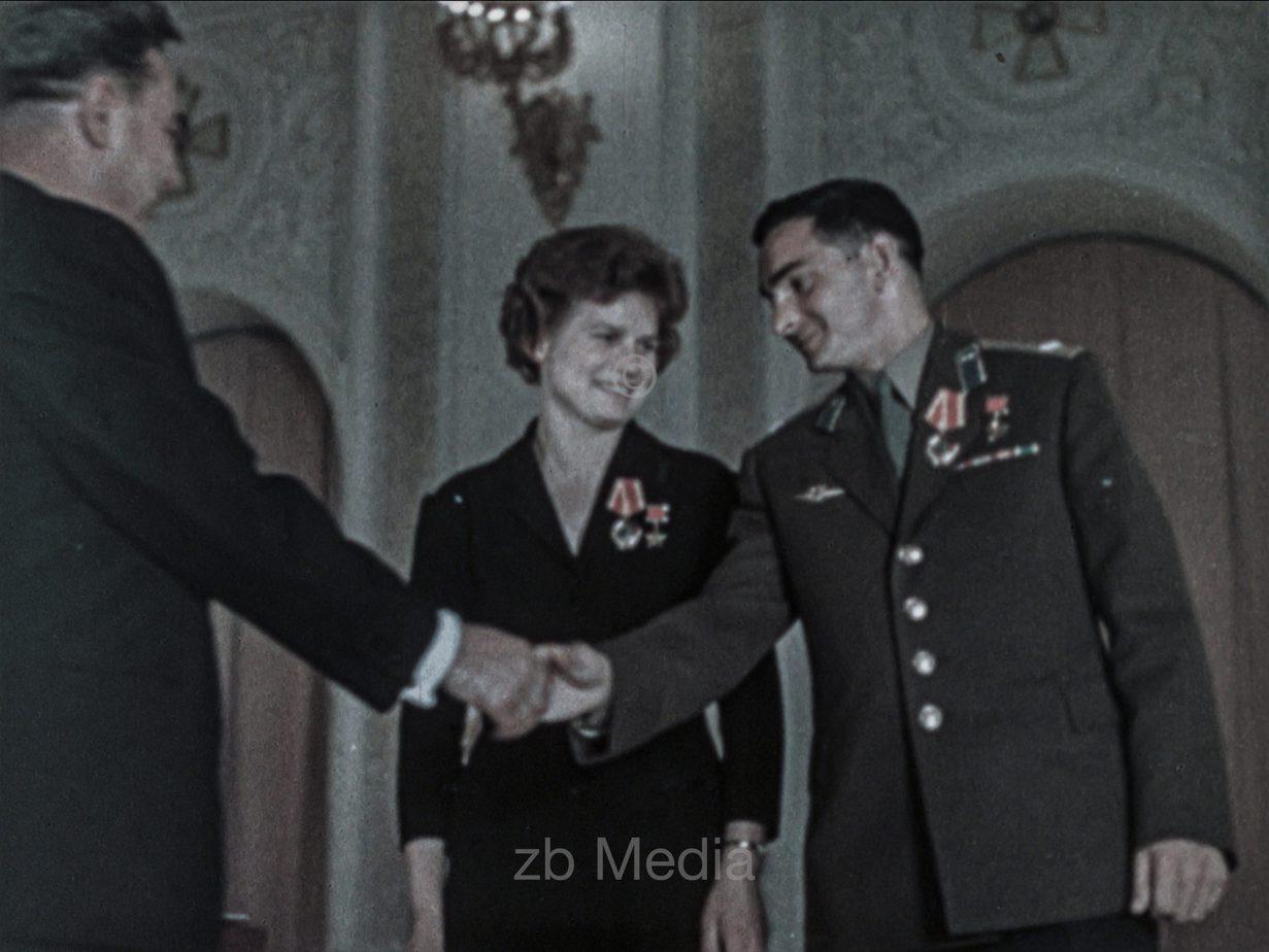 Breschnew zeichnet Valentina Tereschkowa in Moskau aus