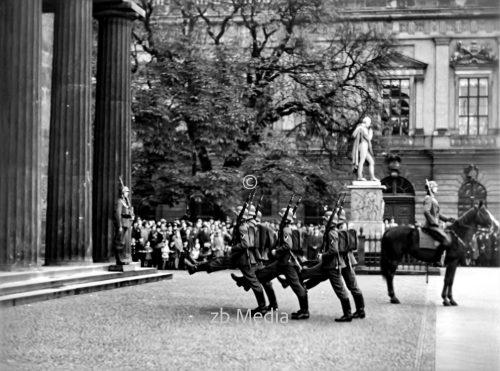 Wachablösung an der Neuen Wache inBerlin 1937