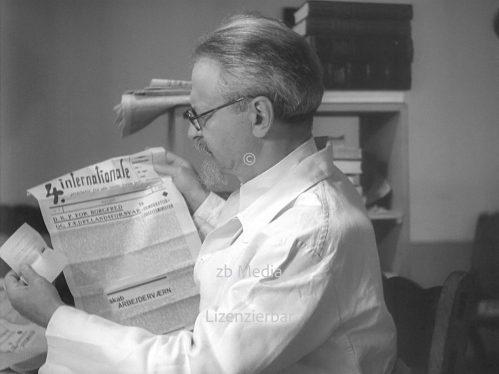 Leo Trotzki liest Zeitschrift 4. Internationale