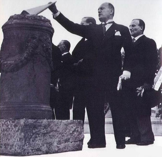 Mussolini brucia titoli di stato nel 1928.