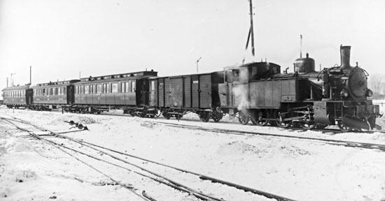 NÖJ lok nummer 14 med persontåg vid Örebro södra 1929.