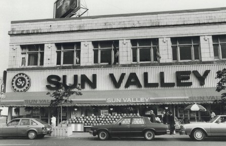 Sun Valley patrons had a hard time finding parking in 1984. Image: Dale Brazao / Toronto Star / Toronto Public Library, Baldwin Collection, Item TSPA 0015148f.