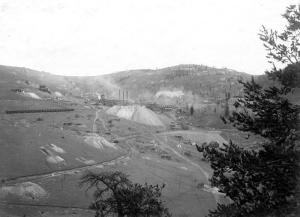 "Elton Mine in October, 1903. <a href=""http://www.halslamppost.com/USGS%20Colorado%20Mining%20Photo%20Library/slides/Elkton%20Mine%20from%20Guyot%20Hill.%20Cripple%20Creek%20District.%20Teller%20County,%20Colorado.%20October%205,%201903..html"">Source</a>."