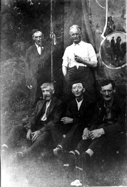 Striking farm labourers from Ashdon (Esssex) with their Union banner, 1914 (Used with permission)