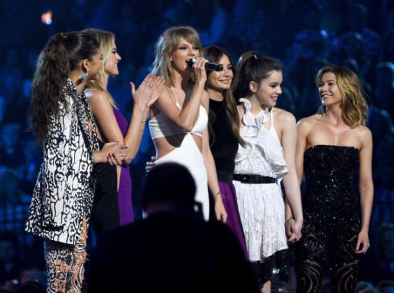 Billboard Music Awards 2015 Taylor Swift και μερικές αστέρες του video Bad Blood
