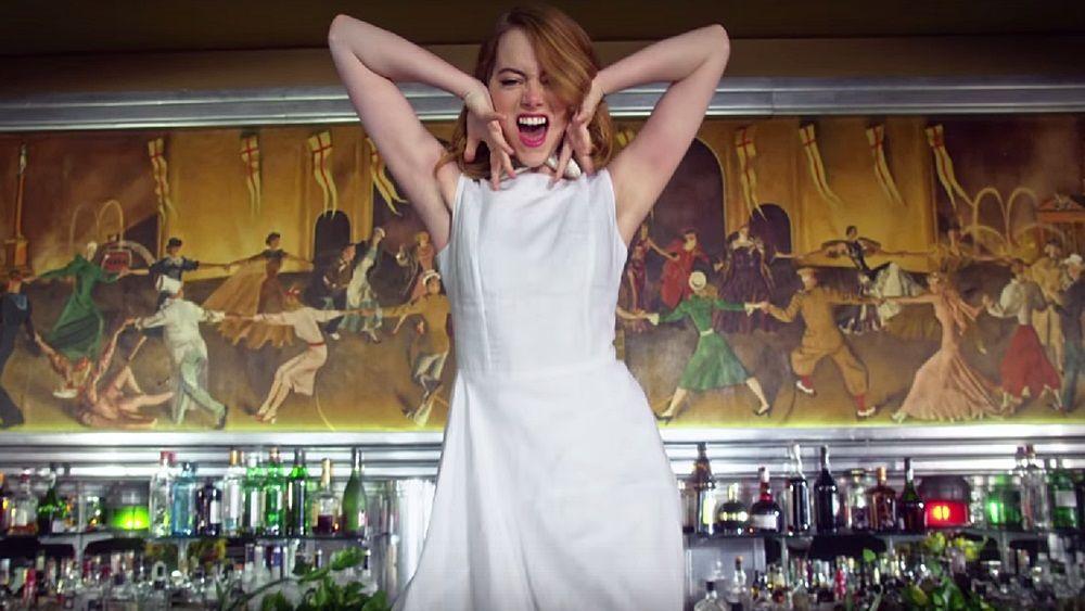Η Emma Stone κλέβει την παράσταση στο νέο video clip του τραγουδιστή των Arcade Fire «Anna»