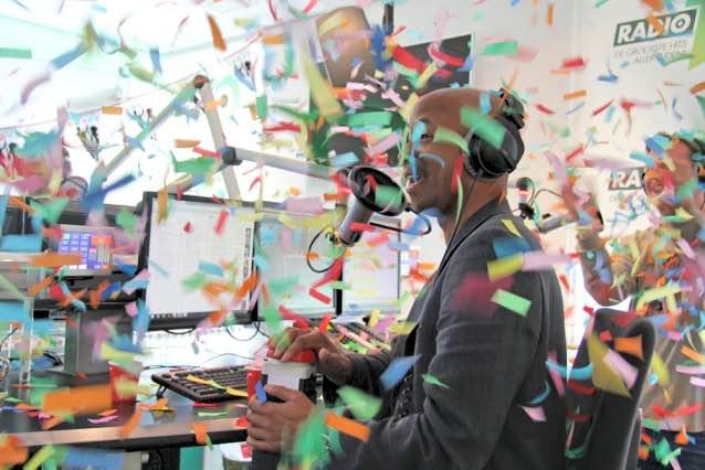 De feestelijke opening van het eigen radiostation van Tan.