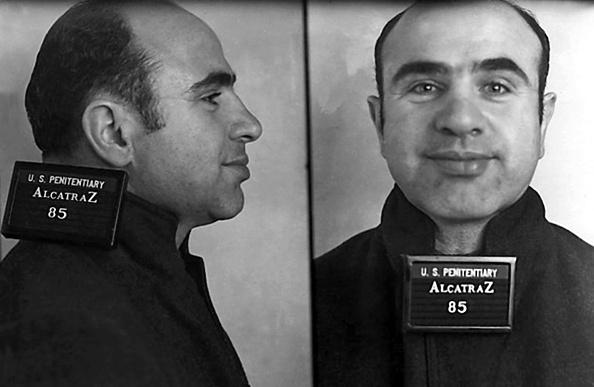 SAN FRANCISCO - 22 AOÛT: Le gangster Alphonse 'Al' Capone pose pour une photo à son arrivée au pénitencier fédéral d'Alcatraz le 22 août 1934 à San Francisco, Californie. (Photo par Donaldson Collection / Michael Ochs Archives / Getty Images)