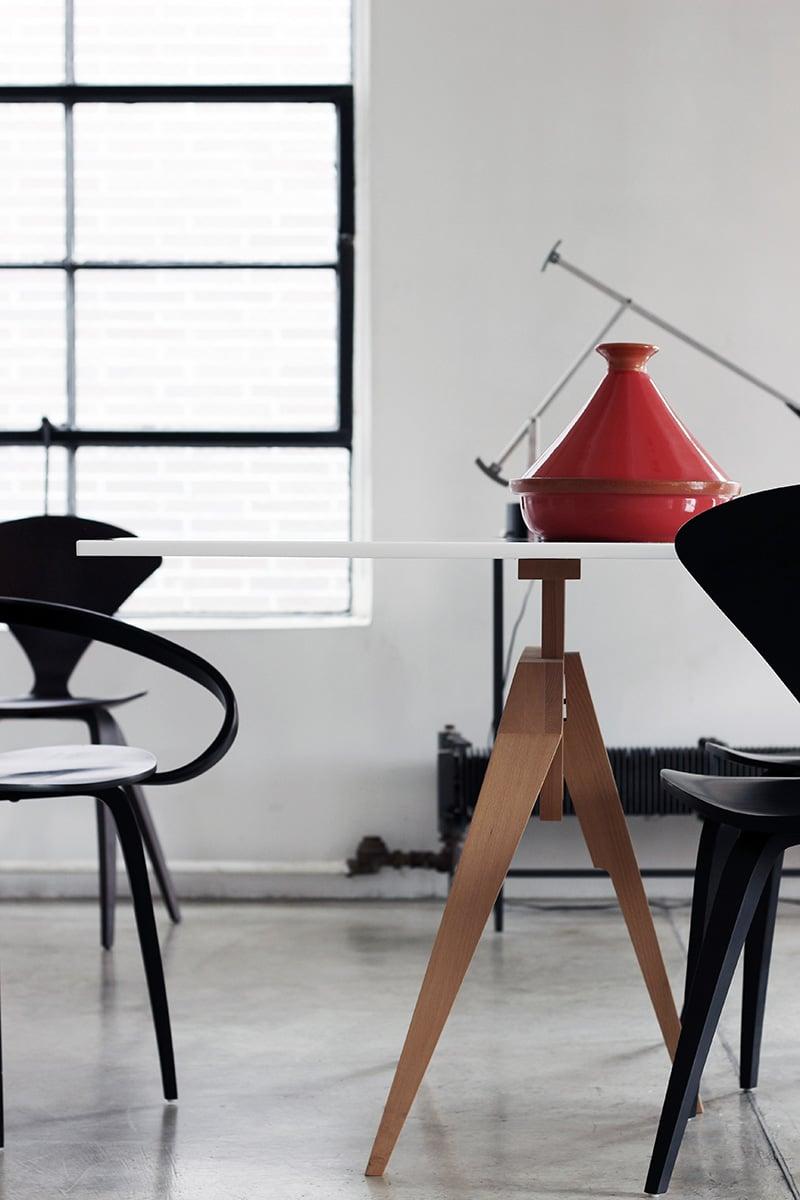 Matthew Hiltonのデザインによる脚を使ったダイニングテーブル