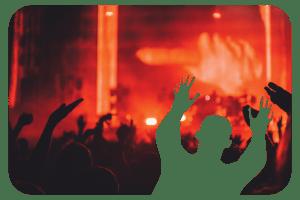 Feestende mensen tijdens muziekoptreden