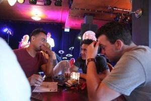 3 mannen die tijdens muziekquiz nadenken