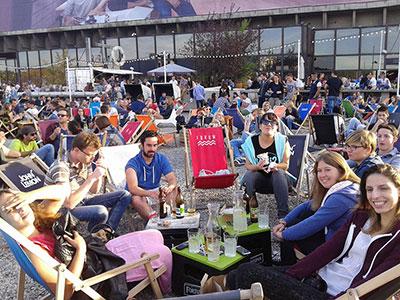 Terrasse bondée du bar Forum à Cracovie en Pologne