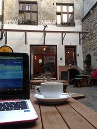 Pause café dans la cour du Zarowka Cafe à Cracovie en Pologne