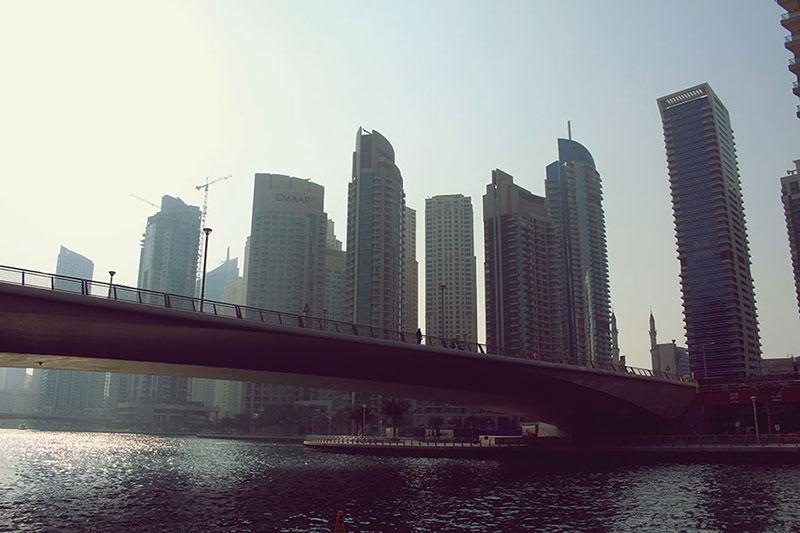 Vue des gratte-ciels de la Marina de Dubaï, proche du métro