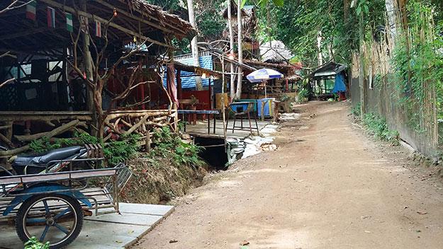 Chemin montant aux bungalows bon marché à Tonsai en Thaïlande