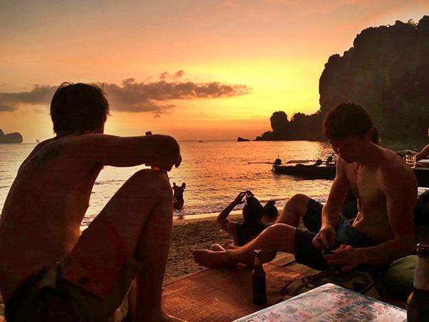 Magnifique coucher de soleil sur la plage de Tonsai