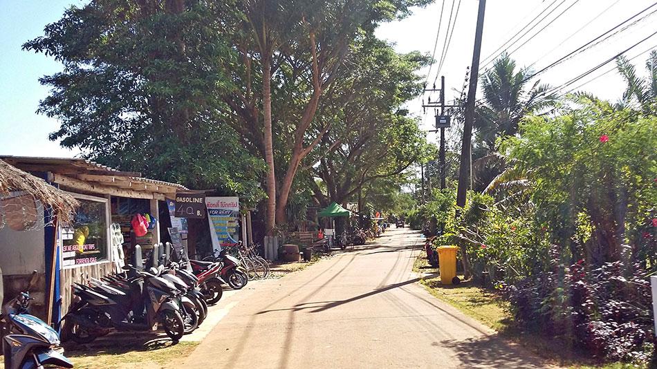 Une des rues les plus animées de l'île de Koh Mak en Thaïlande