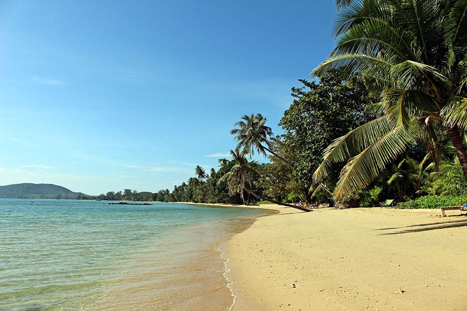 Sur la plage face à Ao Kao White Sand Beach Resort à Koh Mak en Thaïlande