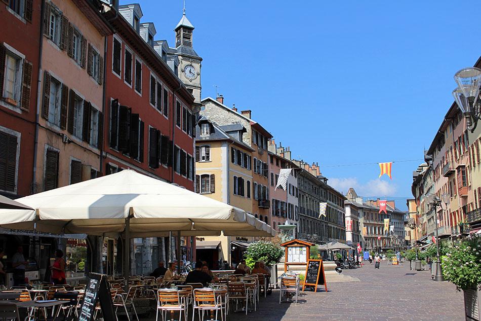 Place Saint Léger au cœur du centre historique de Chambéry en Savoie (France).