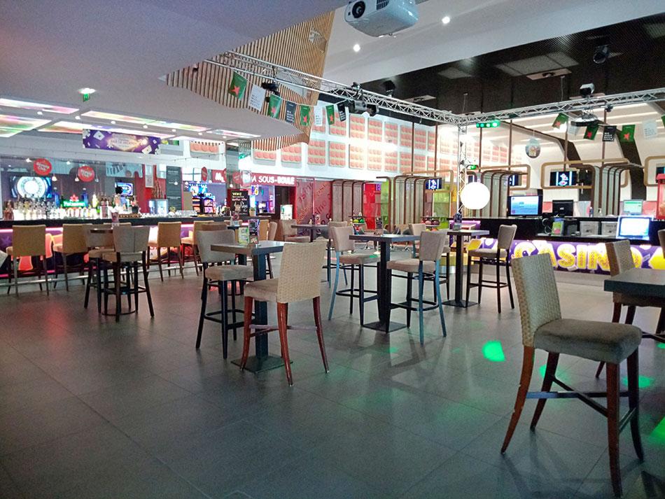 Intérieur du casino-bowling Poker Bowl à Aix-les-Bains dans le département de la Savoie en France