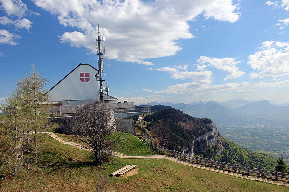 Le Mont Revard offrant une vue imprenable sur la ville d'Aix-les-Bains et le lac du Bourget dans le département de la Savoie en France