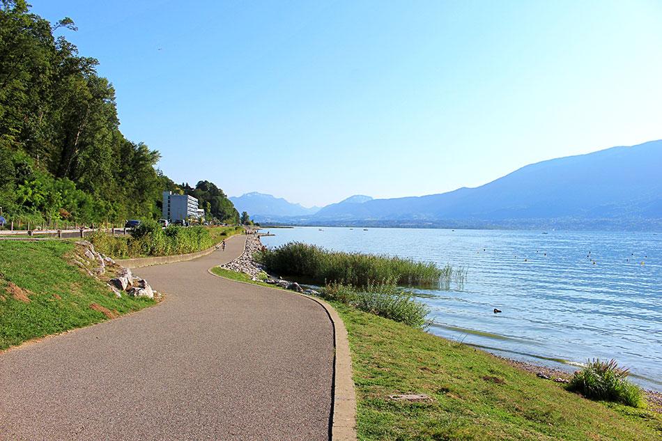 Piste cyclable le long du lac du Bourget à Aix-les-Bains dans le département de la Savoie en France