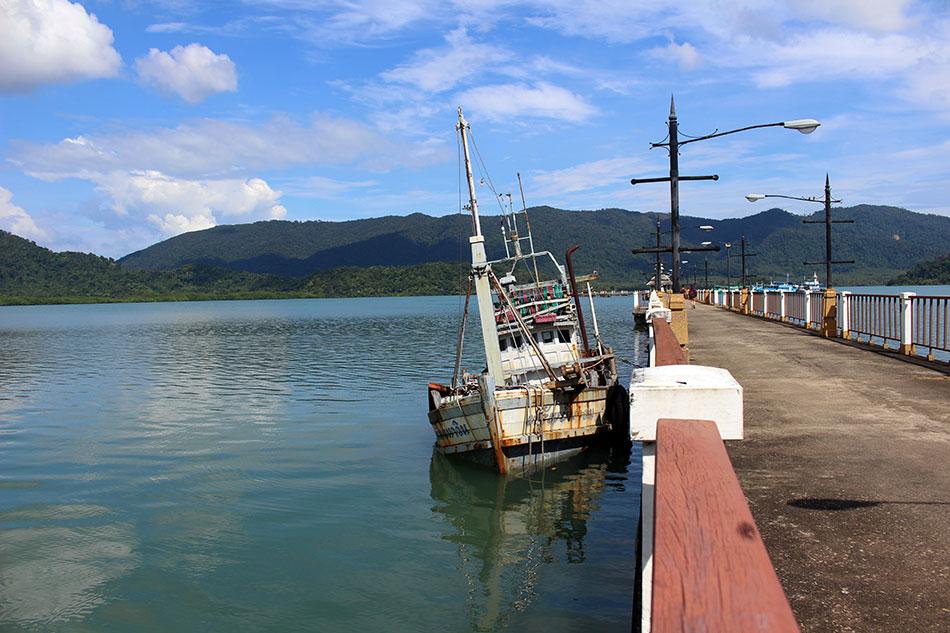 Bateau coulé sur le port de Salak Phet dans le su-est de l'île de Koh Chang dans la province de Trat en Thaïlande.
