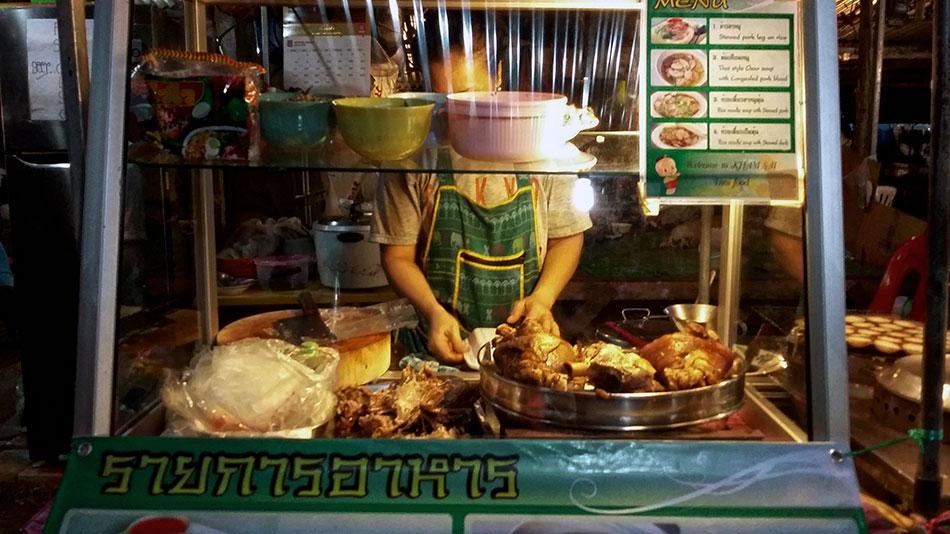 Street food au marché de nuit de Klong Prao à Koh Chang en Thaïlande