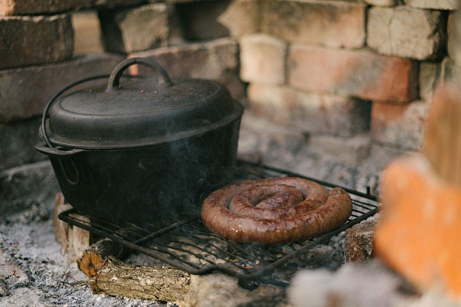 Potjie et boerewors sur un braai, les classique de la cuisine sud-africaine