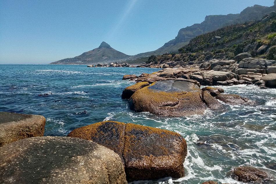 Vue sur le sommet Lion's Head depuis Cozy Bay proche du Cap en Afrique du Sud