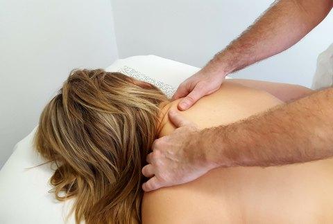 Masáž páteře s prvky reflexní terapie (Breussova masáž)