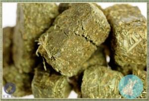 Momi 摩米提摩西穗牧草磚 1bls 由優質的提摩西牧草曬乾壓製而成,可抑制齧齒類小寵物前門牙齒過度生長 頂級提摩草製成, 百分百天然 35%高纖維質,增加餵食的趣味 牧草草磚以高壓方法將牧草纖維壓成立方體 小動物在進食的過程進行磨牙(門牙) 不同形式的牧草纖維可以鼓勵進食,讓兔兔攝取更多優質纖維 高纖-可刺激消化系統,幫助消化與促進腸道功能及預防毛球症。 低鈣-鈣質過多,容易結石低鈣可維持泌尿系統的健康。 低蛋白質-避免寵物過度肥胖。