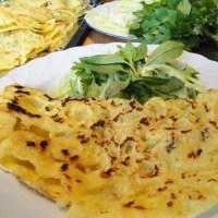 Bánh xèo / Reismehl-Crêpes, gebraten, mit Krabben und Schweinefleisch