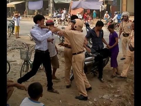 Xov Xwm Hmoob Sapa koom ntaus Police part 1 - CSGT đánh người DÂN TỘC mông Sapa