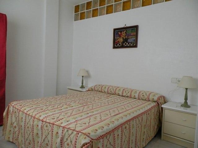 Dormitorio con 1 cama de matrimonio