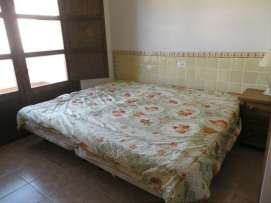 Dormitorio con 2 caas individuales