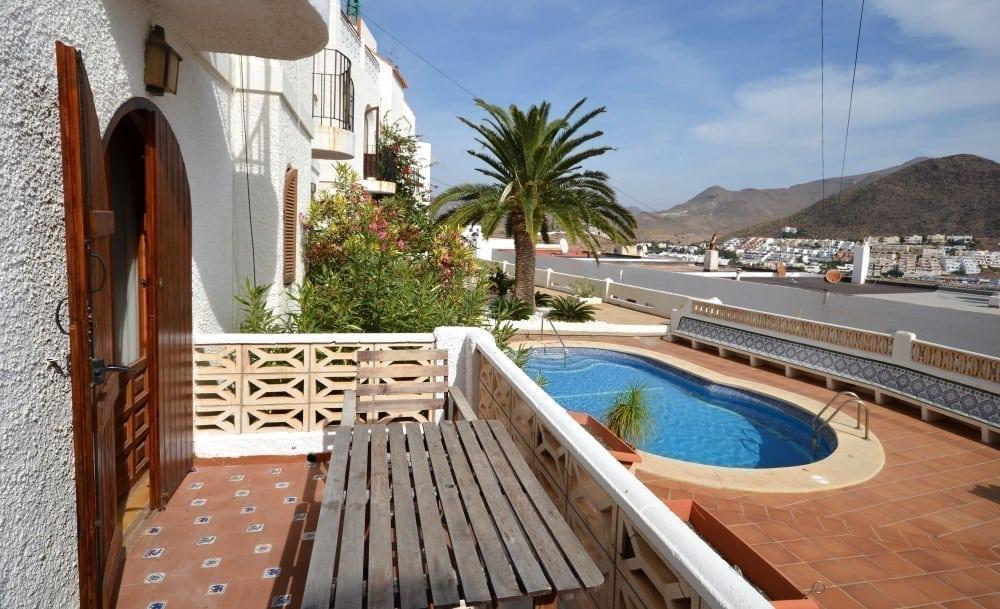 Terraza y piscina comunitaria