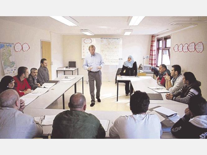 Erste Orientierung: Pastor Martin Steinberg lehrt Flüchtlinge Grundlagen - hier zum Thema Straßenverkehr. Foto: Alexander Koch