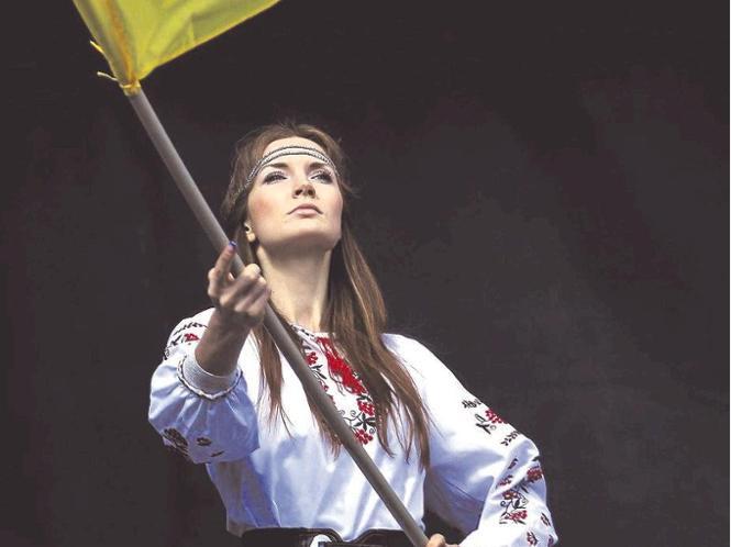 """""""Kein Nationalstaat im westeuropäischen Sinn"""": Ukrainerin in Landestracht und mit Flagge bei einer Friedensdemonstration in Kiew während der Zeit des Konflikts um die Krim. Foto: dpa"""