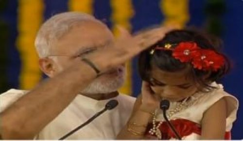 Image of Narendra Modi patting the child after she recites Ramayana