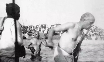 Image about Jawaharlal Nehru Performing Kumbh Snan in 1954, Picture