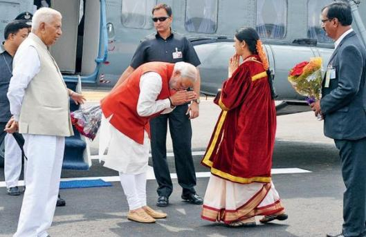 PM Narendra Modi Bowed Down in Front of Mrs Adani: Fact Check