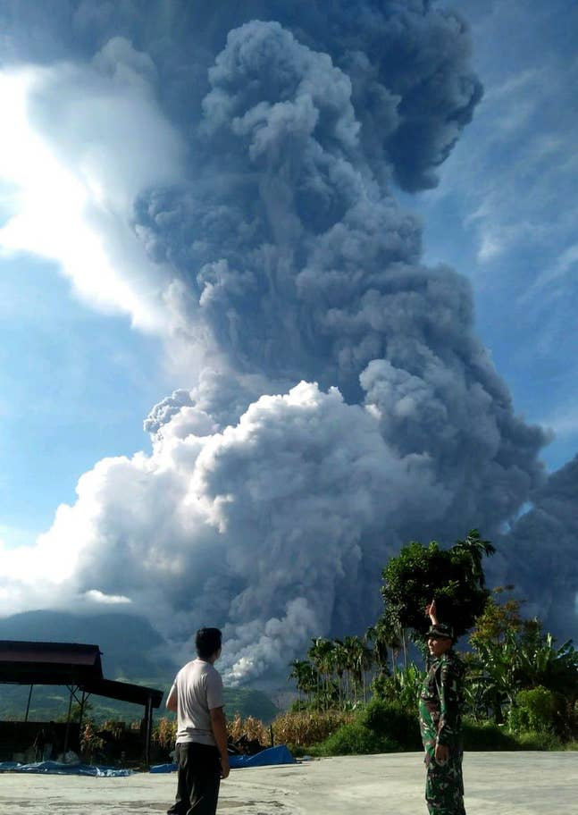 Image of Column of volcanic ash rising around 7 km high
