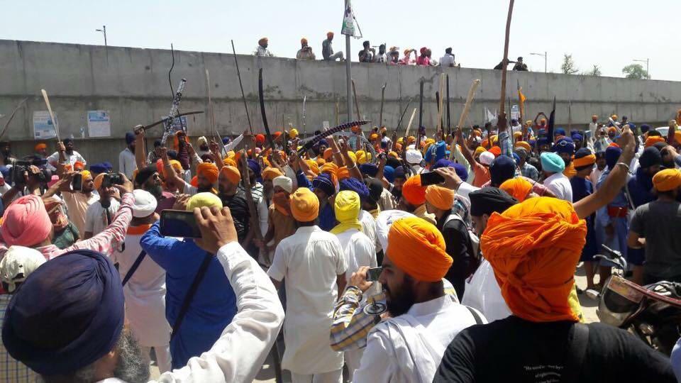 Image of Sikh hardliners (pro Khalistan) rally at the Beas Bridge in Indian Punjab, challenging Shiv Sena